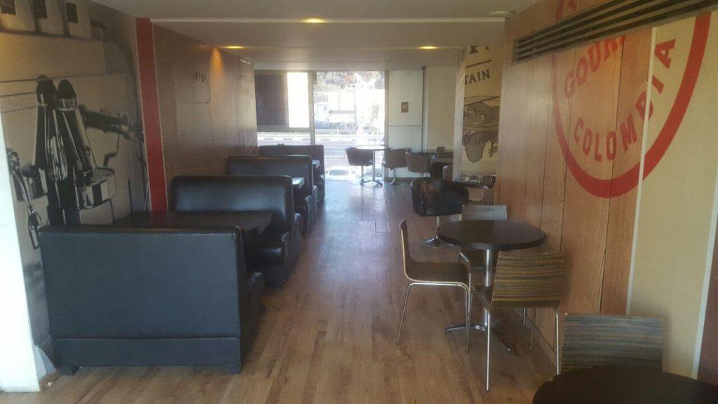גלריה פרטית בקומה שנייה עבור הדרכות , ישיבות או פרטיות עבור הקבוצה
