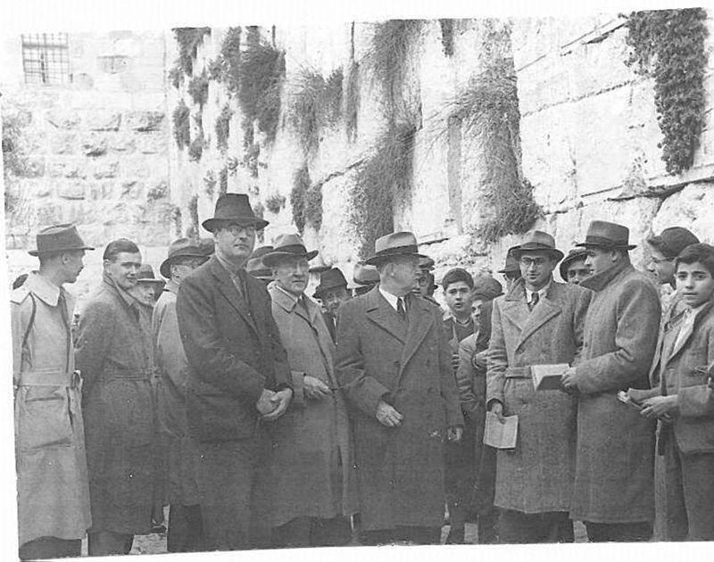 """נציגי הוועדה האנגלו אמריקאית בביקורם בא""""י - 1946 מתוך: """"ויקיפדיה האנציקלופדיה החופשית"""""""